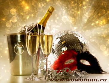С бокалом шампанского принято